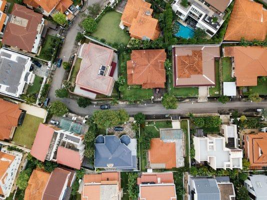 Sie sehen verschiedene Grundstücke mit Häusern darauf. Lesen Sie mehr über das Thema Grundstück auf neue.immo