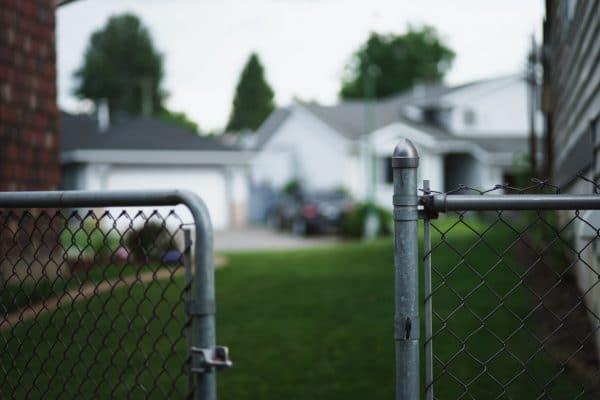 Sie sehen einen offenen Zaun der auf einem Grundstück welches Sie kaufen wollen