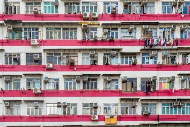 Sie sehen ein Foto eines überfüllten Wohnhauses in einer Großstadt