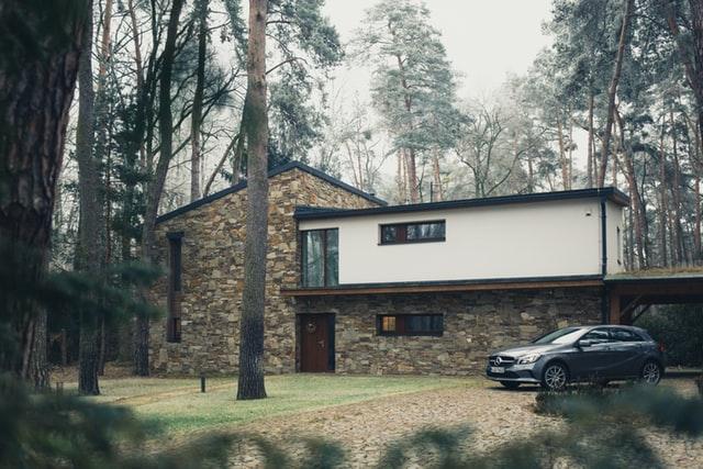 Sie sehen ein Architektenhaus mit geparktem Auto