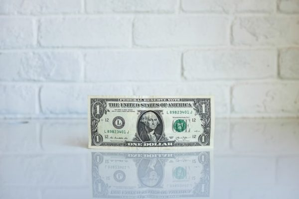 Sie sehen eine Dollarnote symbolisierend für die Immobilienbewertung