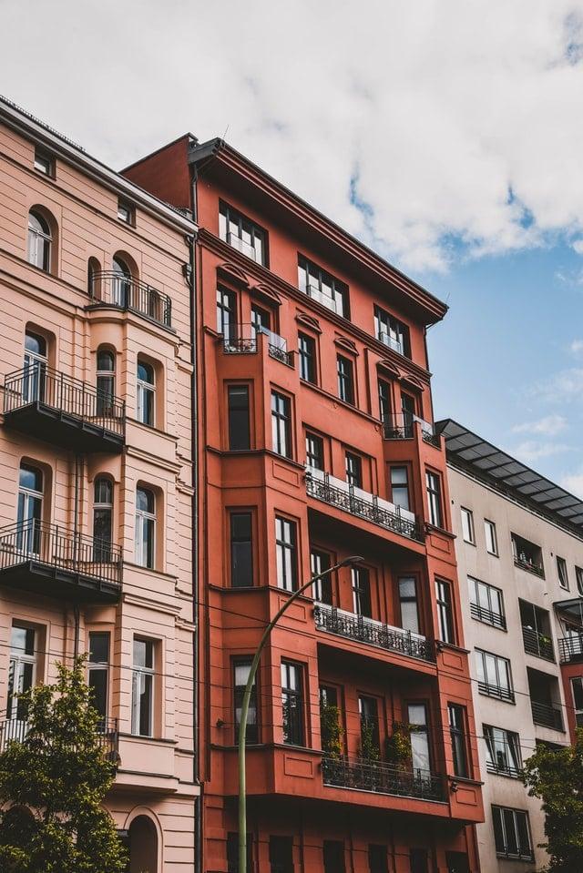 Sie sehen ein Gebäude mit roter Fassade