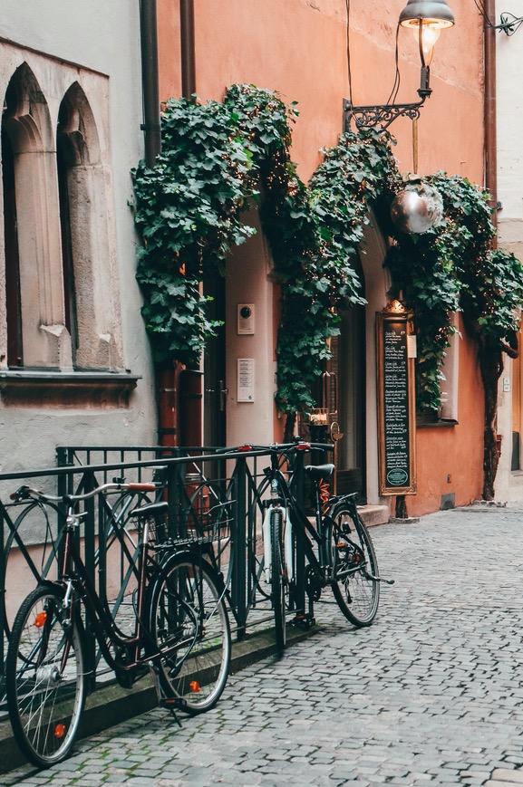 Sie sehen eine Gasse in der Altstadt von Regensburg