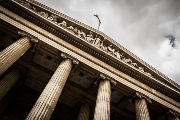 Sie sehen die Fassade des Gerichts für Immobilienrecht