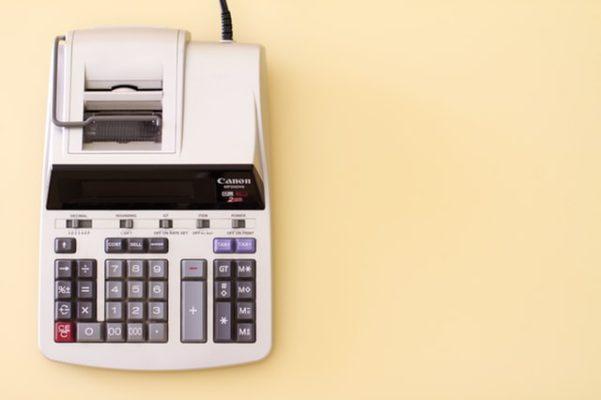 Sie sehen einen altmodischen Rechner für die Buchhaltung
