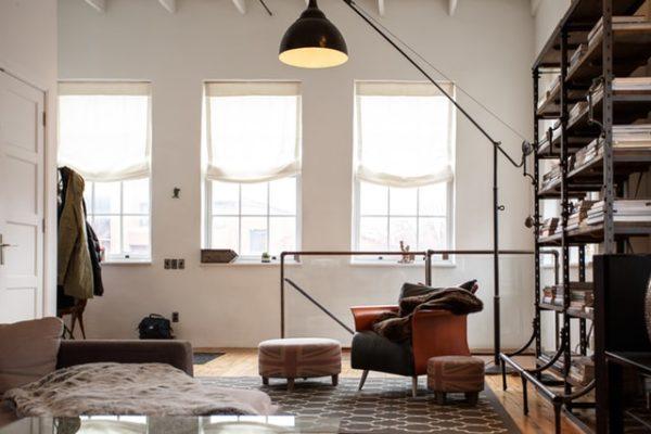 Sie sehen eine minimalistische Loftwohnung
