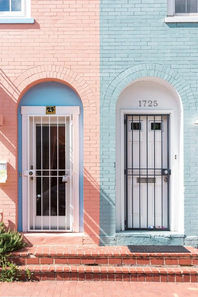 Sie sehen zwei Hauseingänge in unterschiedlichen Farben