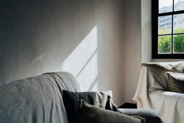 Sie sehen eine Couch, Wand und Fenster