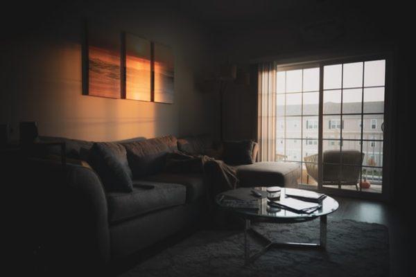 Sie sehen ein Wohnzimmer einer Wohnung mit Balkon