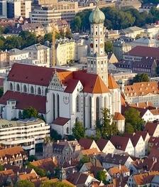 Sie sehen eine Luftaufnahme von Augsburg