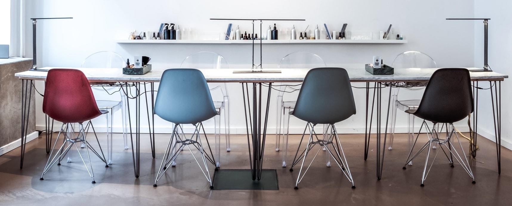 Sie sehen Stühle der Firma Vitra