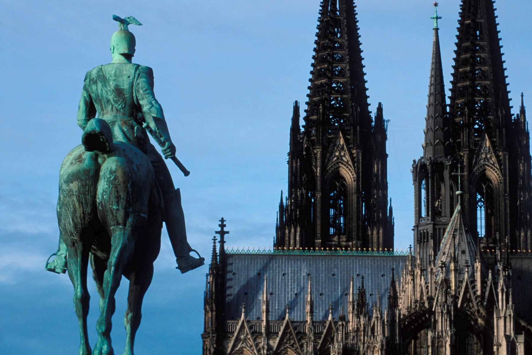 Immobilien Köln Dom mit Statue