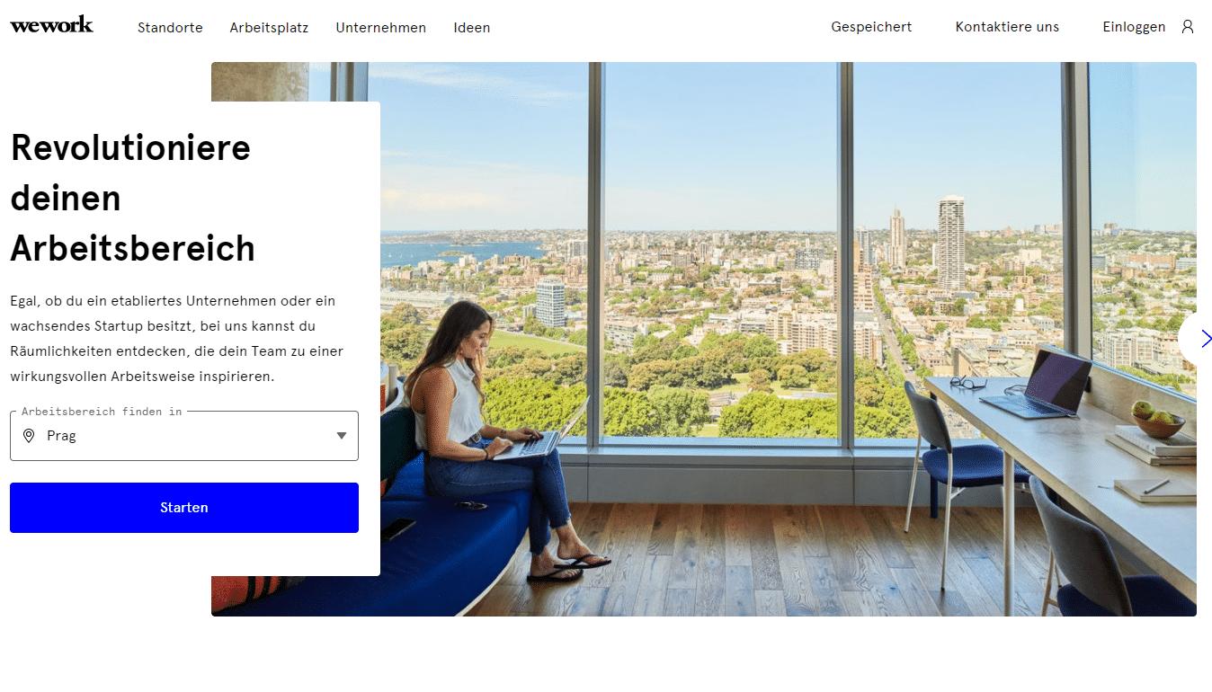 Frau im Büro vor Skyline