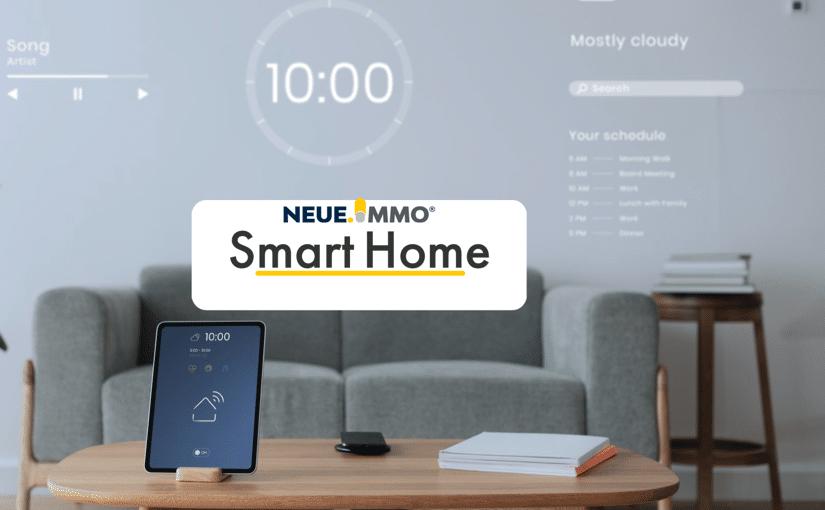 Sie sehen ein Wohnzimmer, dass via Smart Home Technik gesteuert wird